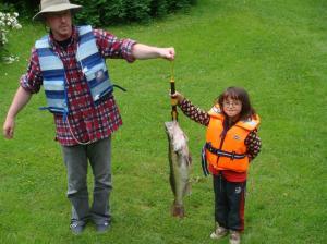 Juliettes 4,8 kilos gös. Mycket duktig och stolt fiskare
